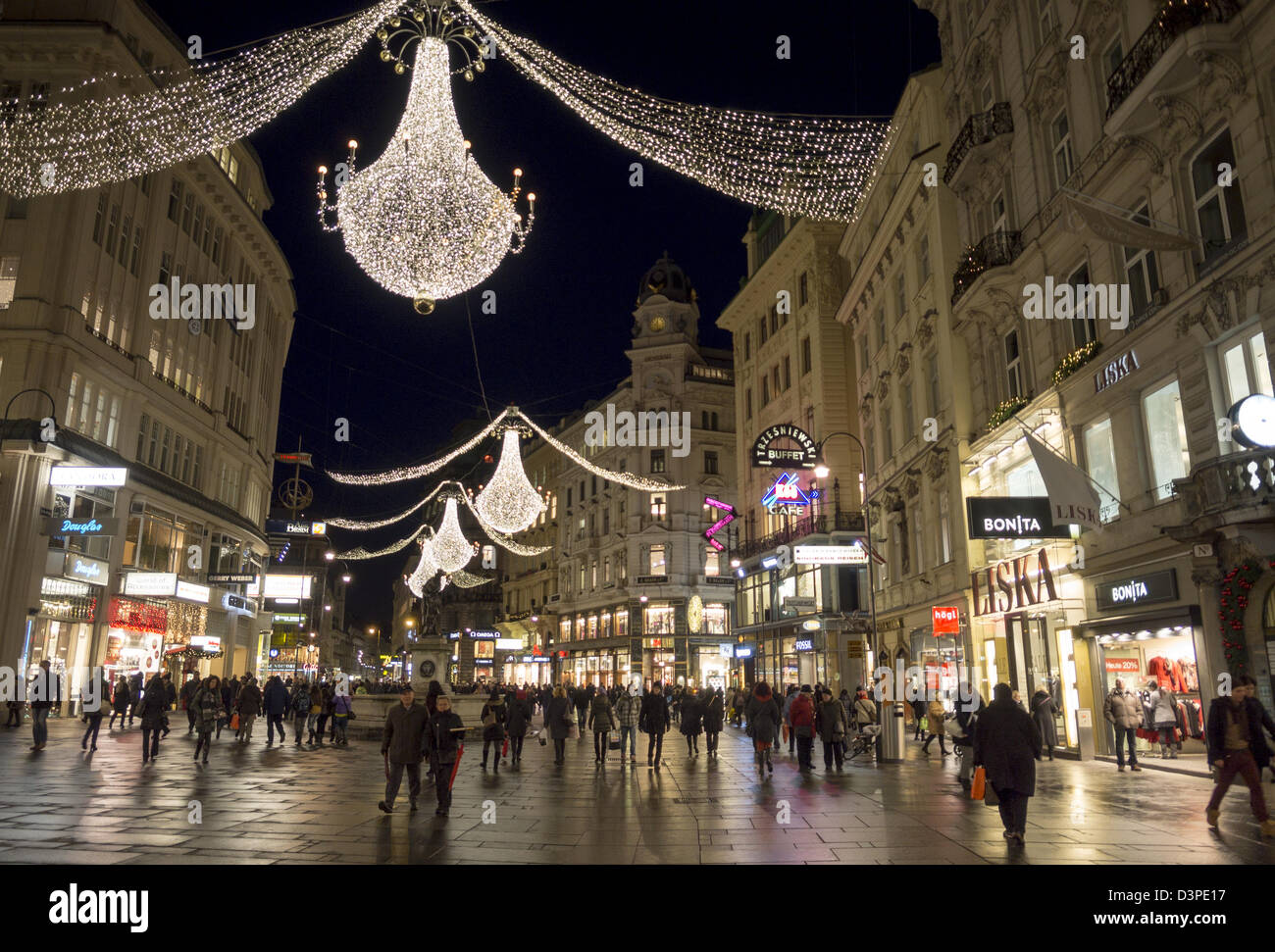 Der Graben lit up for Advent. Christmas chandeliers decorate this famous Vienna shopping street. - Stock Image