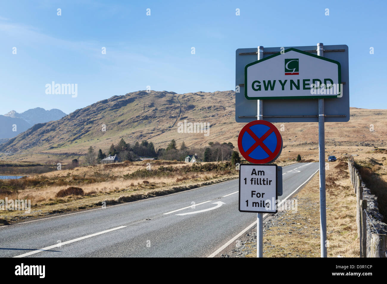 Gwynedd County boundary and clearway no stopping sign by road through Nant-y-Gwryd in Snowdonia, Conwy, North Wales, - Stock Image