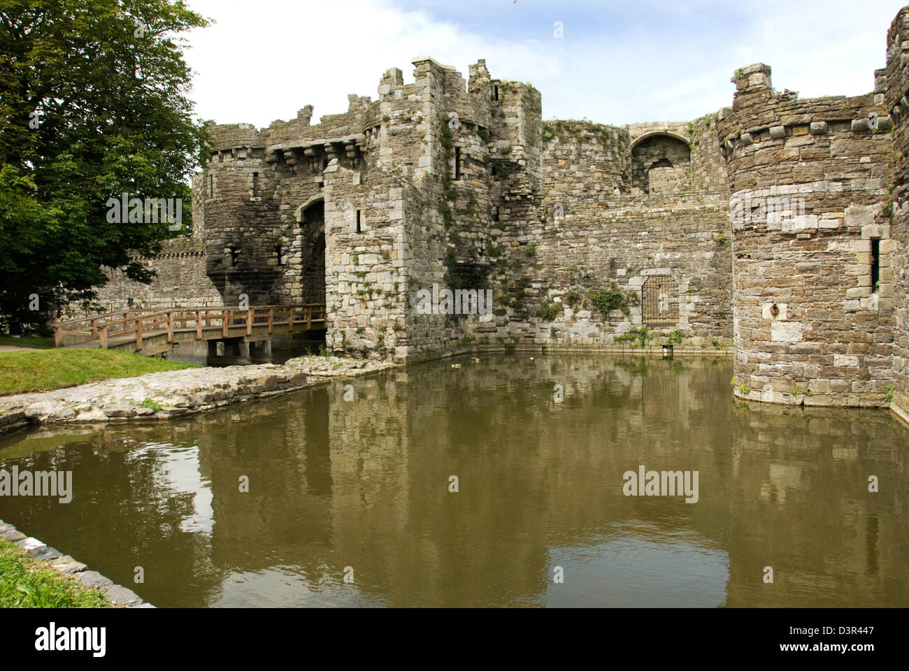 WALES; ANGLESEY; BEAUMARIS CASTLE; ENTRANCE AND MOAT - Stock Image