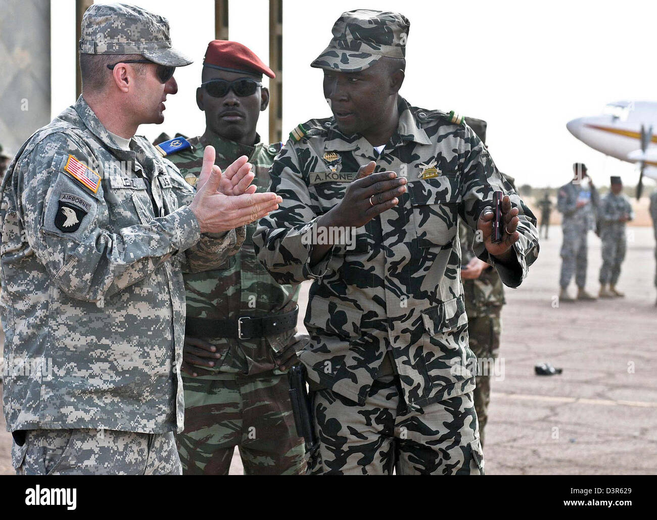 US Army Sgt. Maj. Justin Lenz with Malian army Lt. Abdrahamane Kone hold discussions February 9, 2012 at Mopti airfield, - Stock Image