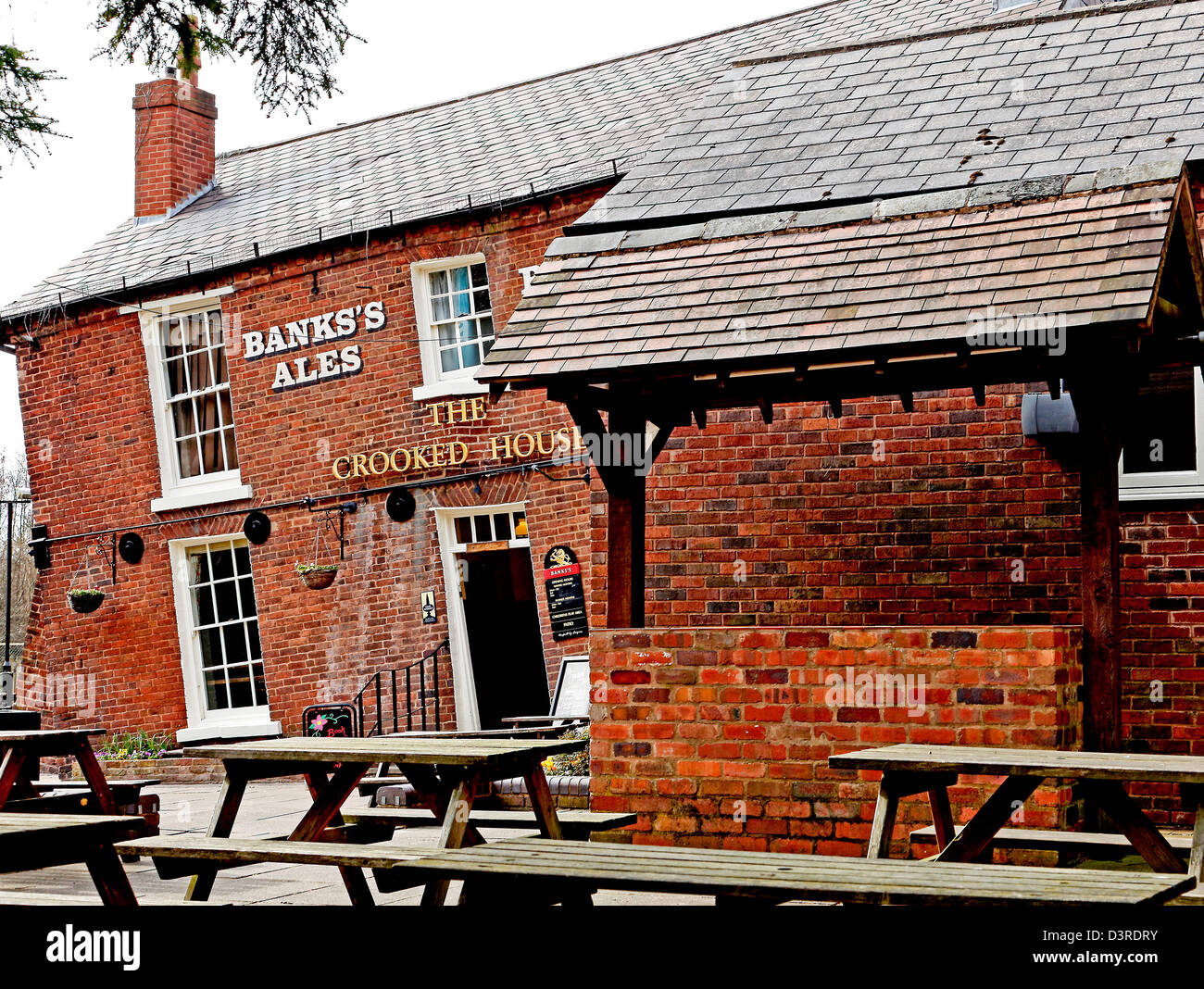 The Crooked House pub in Himley, West Midlands. The building has been affected by mining subsidence over many years - Stock Image