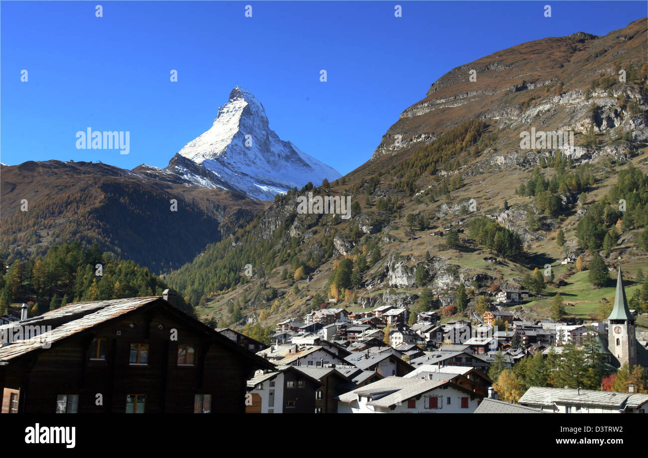 The photo shows the mountain town Zermatt in front of the summit of the Matterhorn mountain covered in snow in the Stock Photo