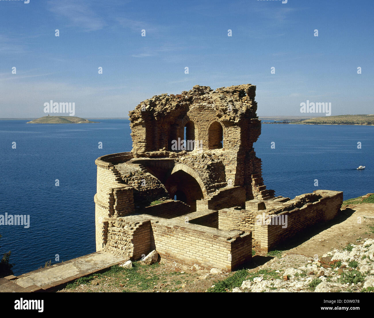 Syria. Defensive tower of the Qalat Jabar, arab fortress on the banks of Lake Assab. Near Ar Raqqah. - Stock Image