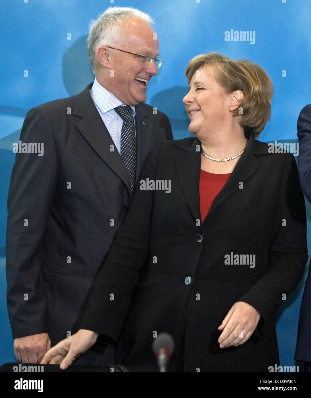 German Chancellor Angela Merkel (R) talks to North Rhine Westphalia's Prime Minister Juergen Ruettgers prior - Stock Image