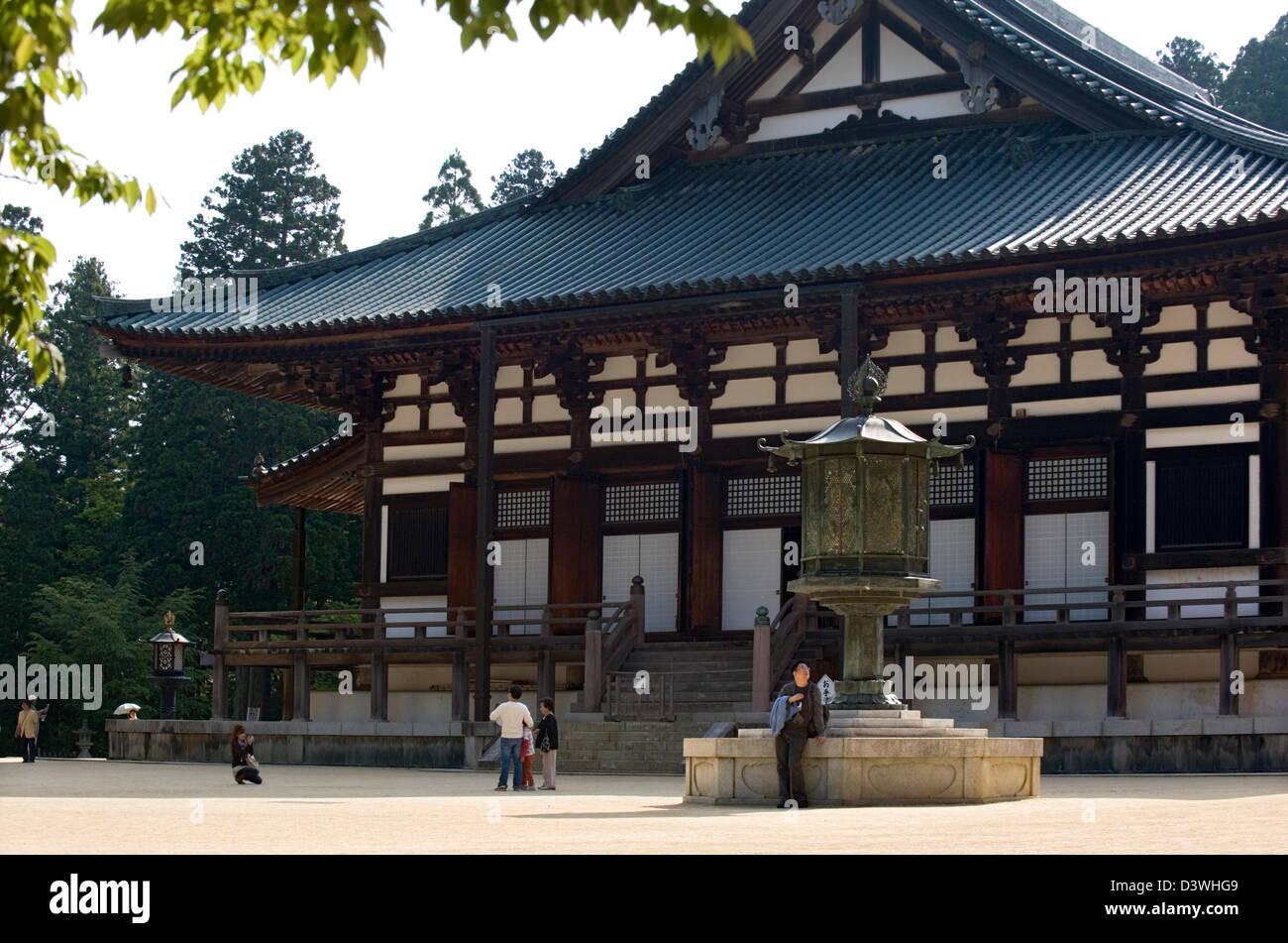 Visitors at the Kondo Main Hall at Danjo Garan in Kongobuji Temple complex on Koyasan, or Mount Koya, Wakayama, - Stock Image