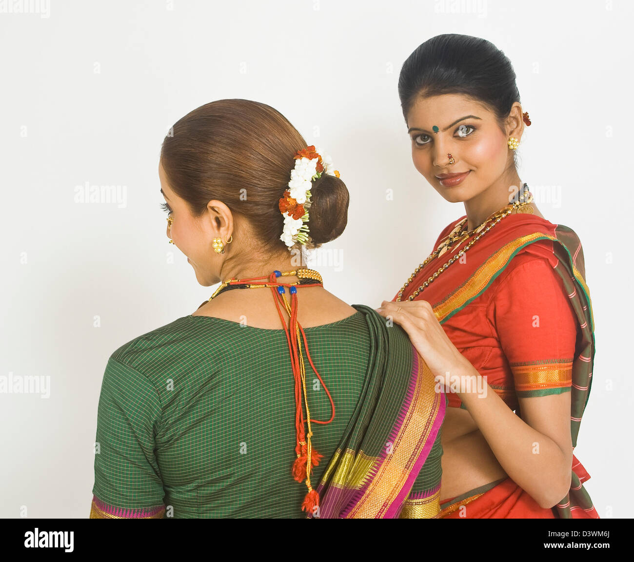 Two female folk dancers standing together in traditional Maharashtrian dress - Stock Image