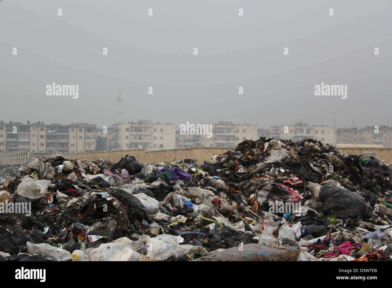 Fetid rubbish piled high in Aleppo, Syria. - Stock Image