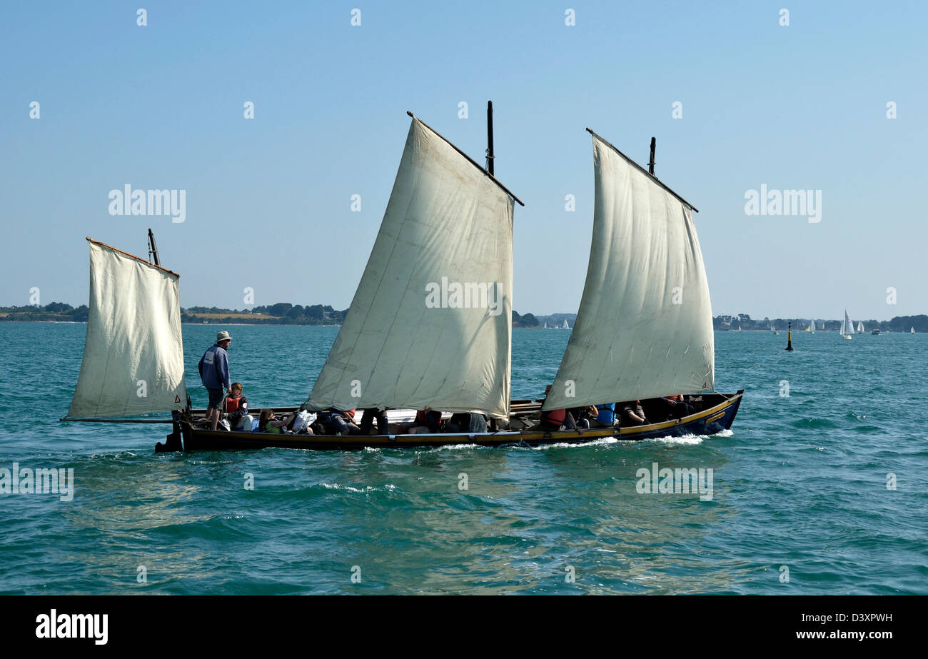 Gig (Bantry Bay Gig, sail and oar boat) currently under sail regatta, during the event 'Semaine du Golfe'. - Stock Image