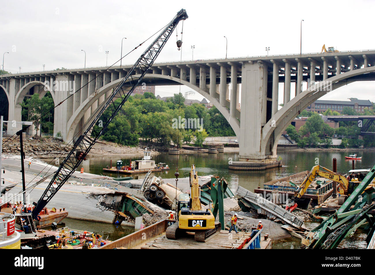 View of the remains of the I-35 bridge collapse and recovery efforts August 16, 2007 in Minneapolis, MN. The bridge - Stock Image