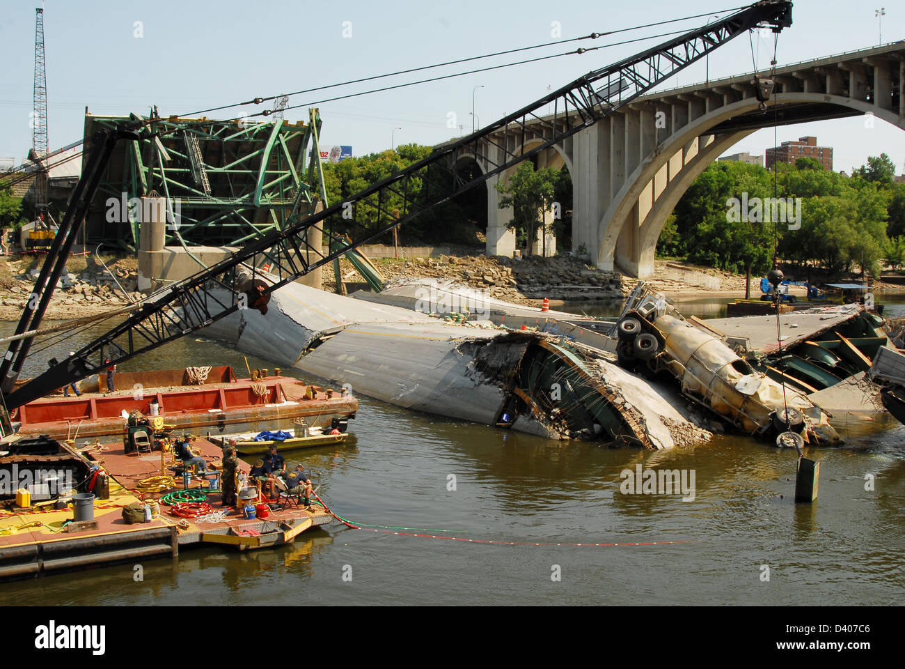View of the remains of the I-35 bridge collapse and recovery efforts August 17, 2007 in Minneapolis, MN. The bridge - Stock Image