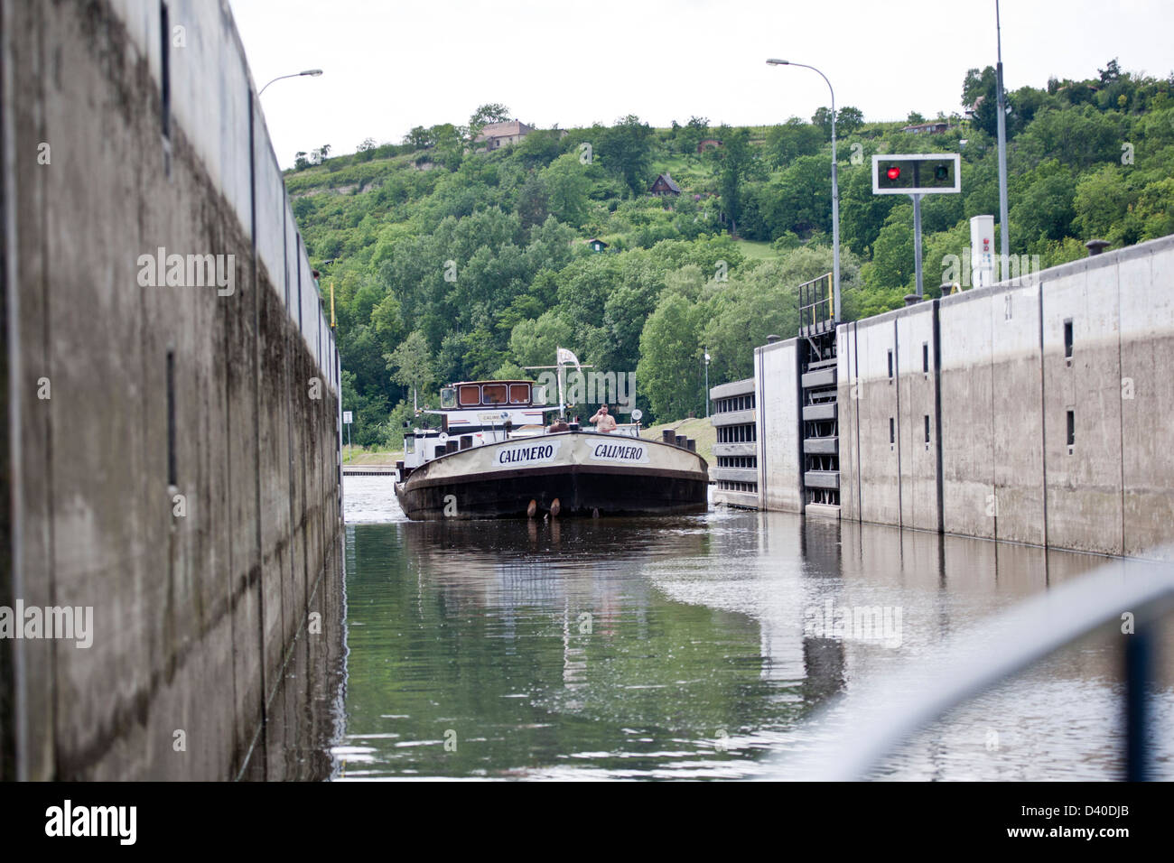 A barge entering the lock on the river Vltava = Moldau in Melnic, Tjeckia - Stock Image