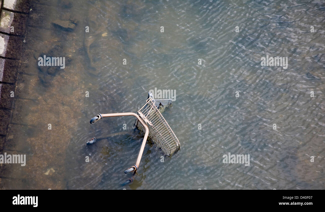 Shopping trolley thrown into River Gipping, Ipswich, Suffolk, England - Stock Image