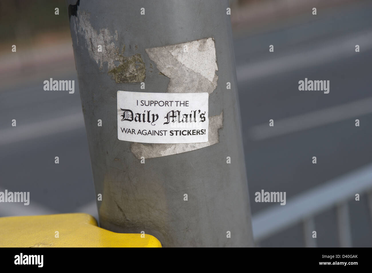 'I Support the Daily Mail's War Against Stickers' sticker on a lamppost. - Stock Image