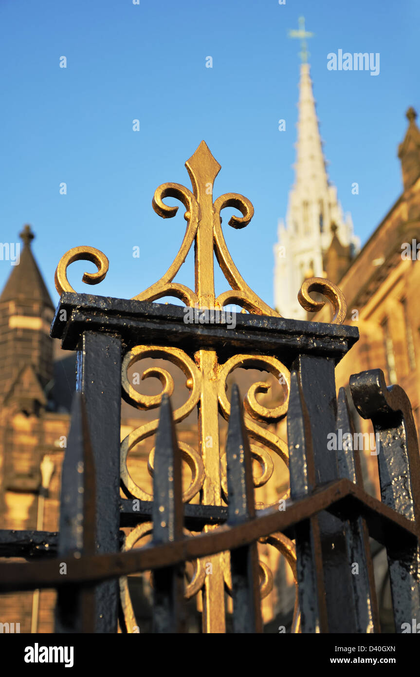 Black and gold painted wrought iron gate at Glasgow University - Stock Image