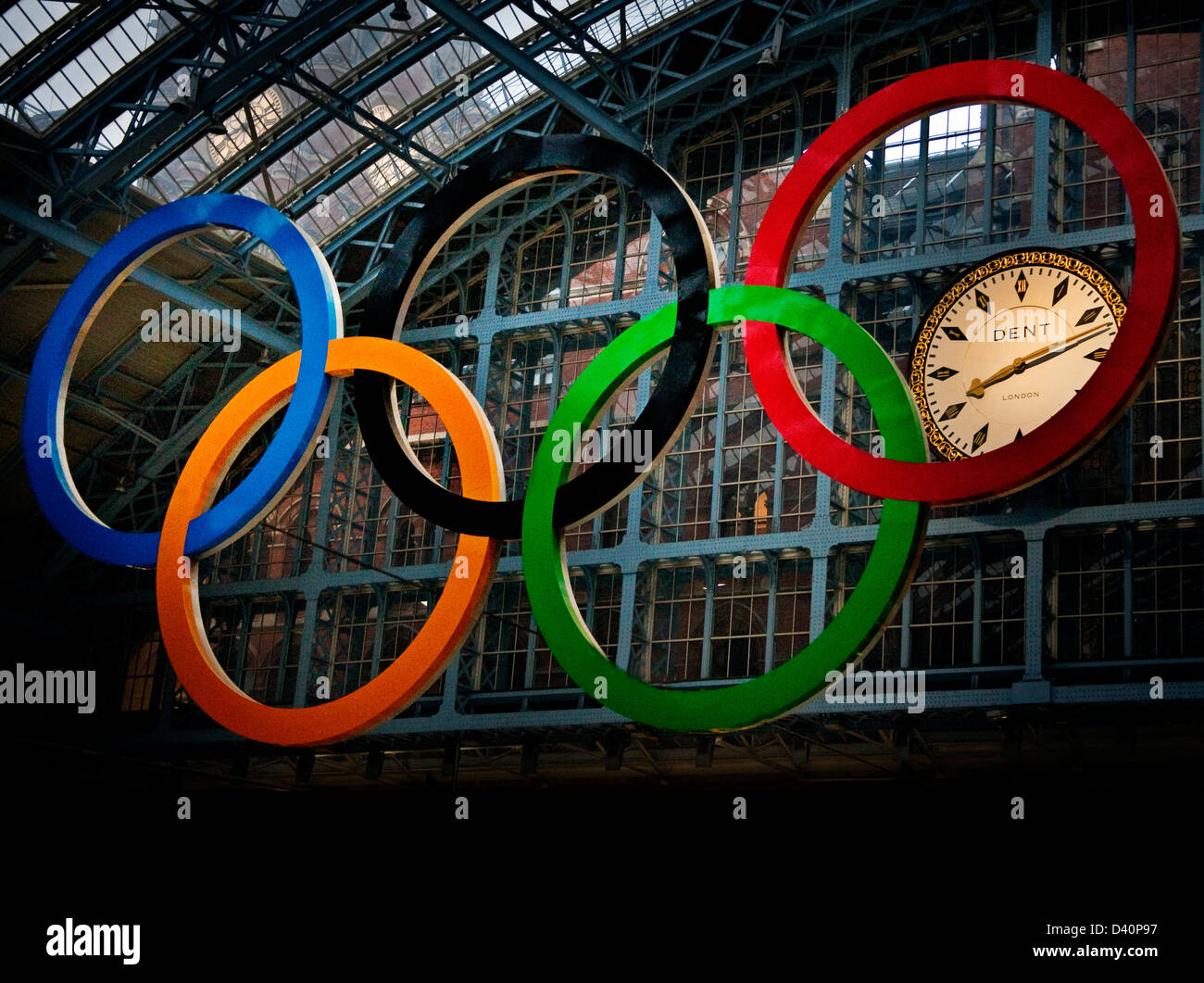 Olympic rings hanging at St Pancras station showing clock at 20:12 pm - Stock Image