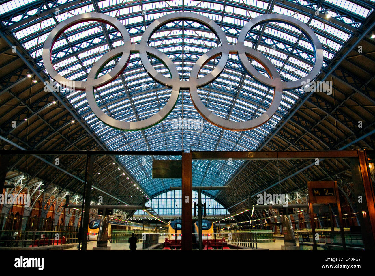 Giant Olympic rings St Pancras station in London, five aluminum rings in Olympic colors of blue, yellow, black, - Stock Image