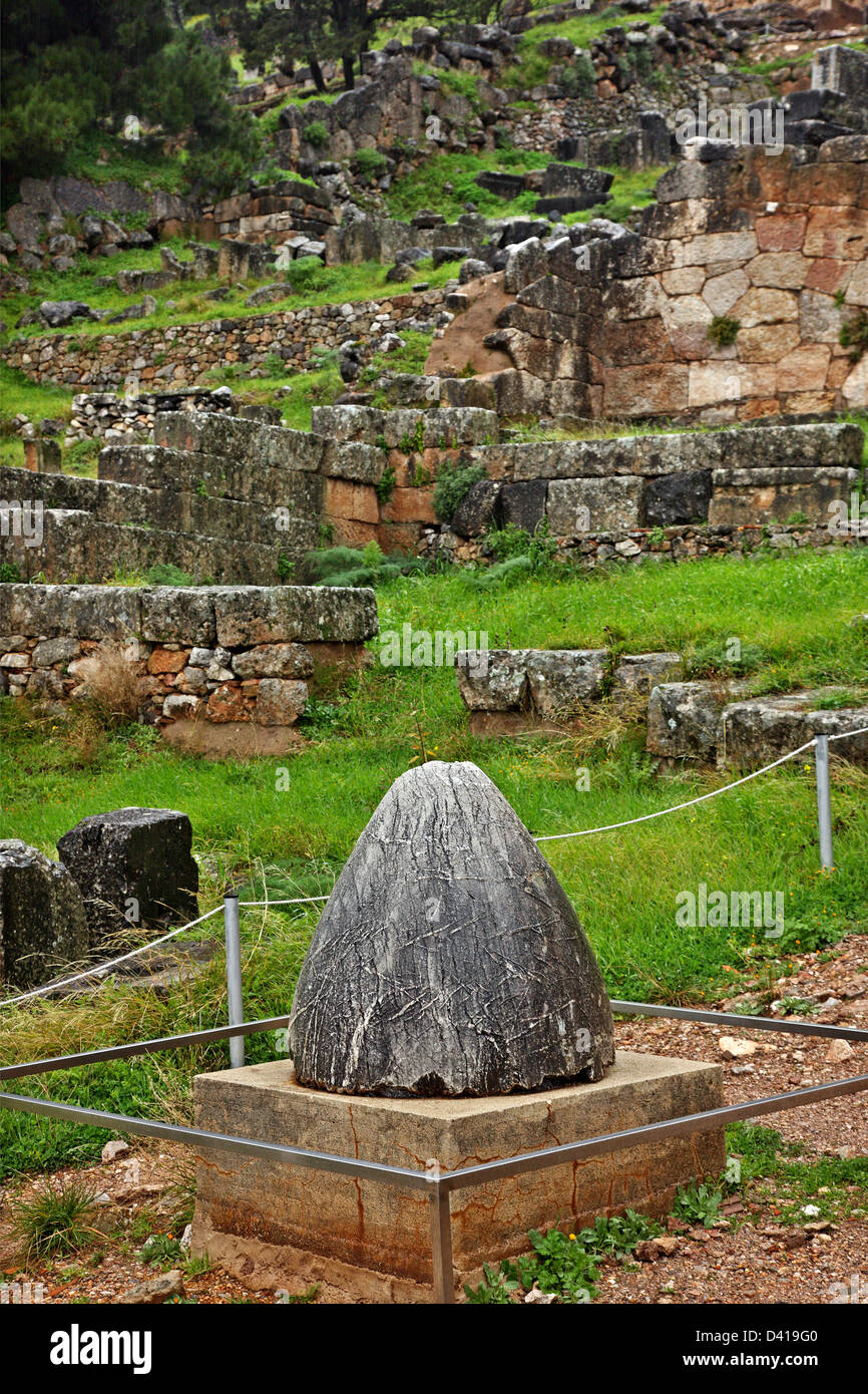 """The stone called """"navel of the world"""" at the archaeological site of Delphi, Fokida, Central Greece. Stock Photo"""