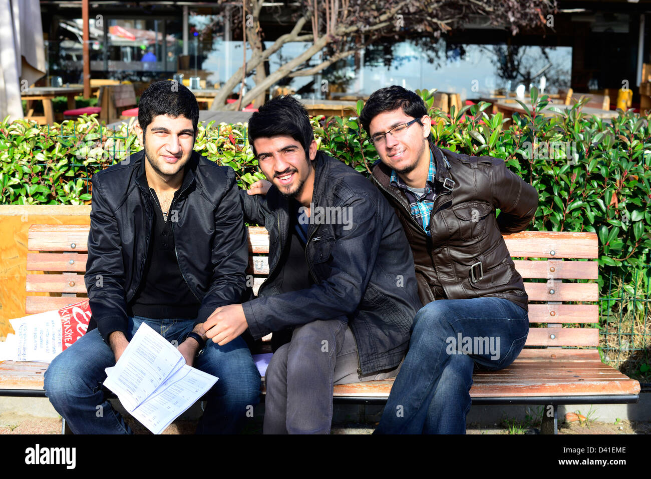 Turcos      - Página 6 Young-turkish-university-students-in-istanbul-D41EME