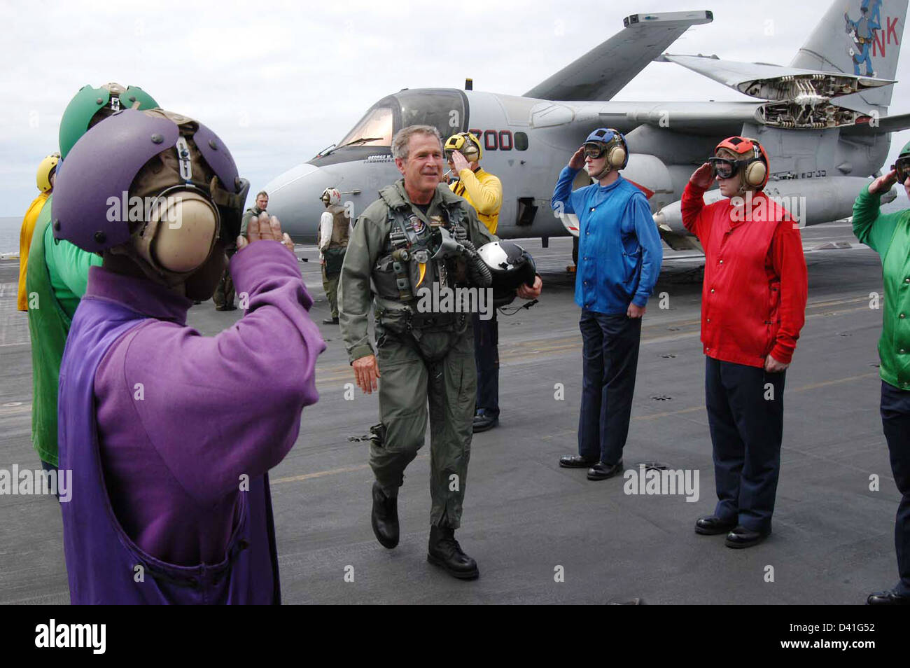 President George W. Bush passes through the 'side boys' after a successful trap aboard the USS Abraham Lincoln - Stock Image