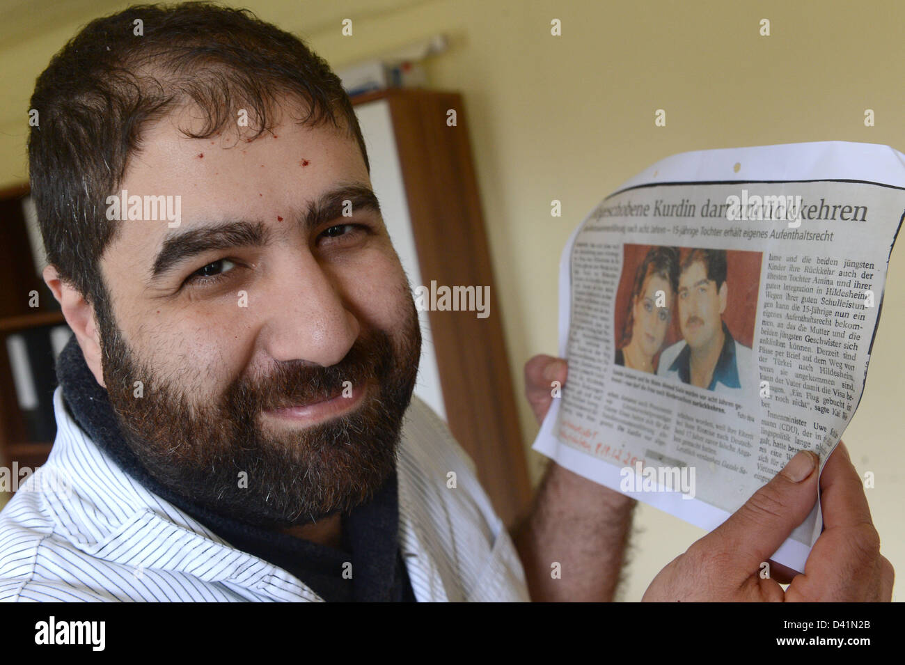 Salzgitter, Germany. 1st March 2013. Ahmed Siala views a newspaper article with the picture of his wife Gazale Salame - Stock Image