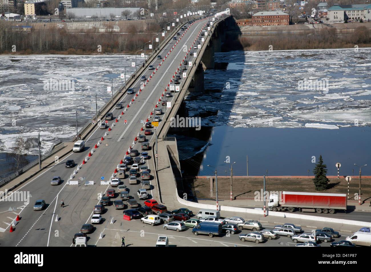 Russia. Nizhny Novgorod: traffic on the bridge at noon. Spring time. Ice-moving. - Stock Image
