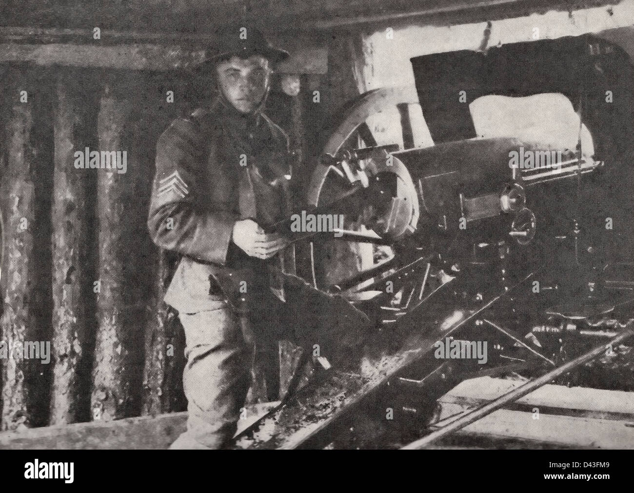 American soldier loading gun in France during World War I, 1917 - Stock Image
