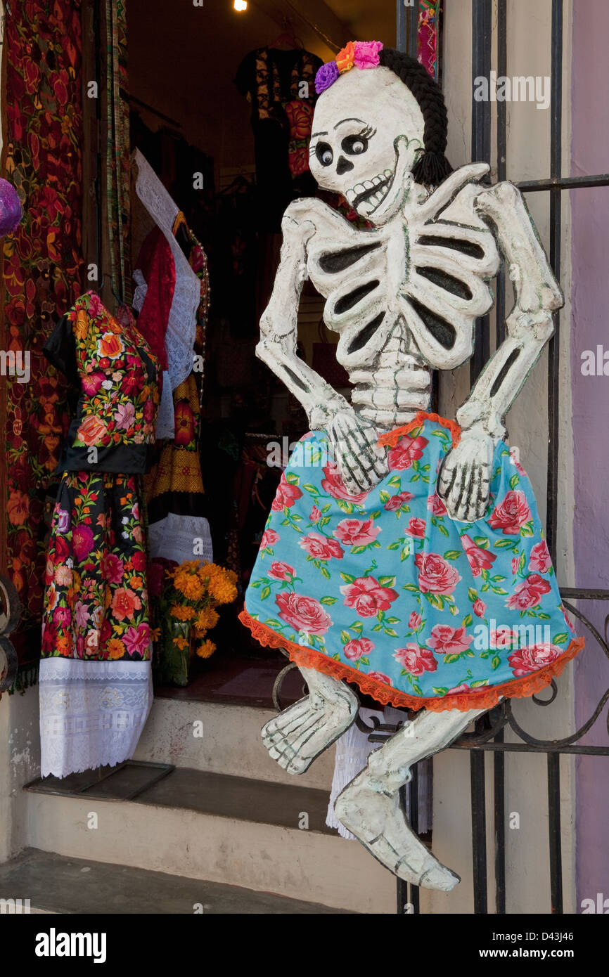 Female skeleton mannequin outside store in Oaxaca during Day of the Dead festival, Mexico. - Stock Image