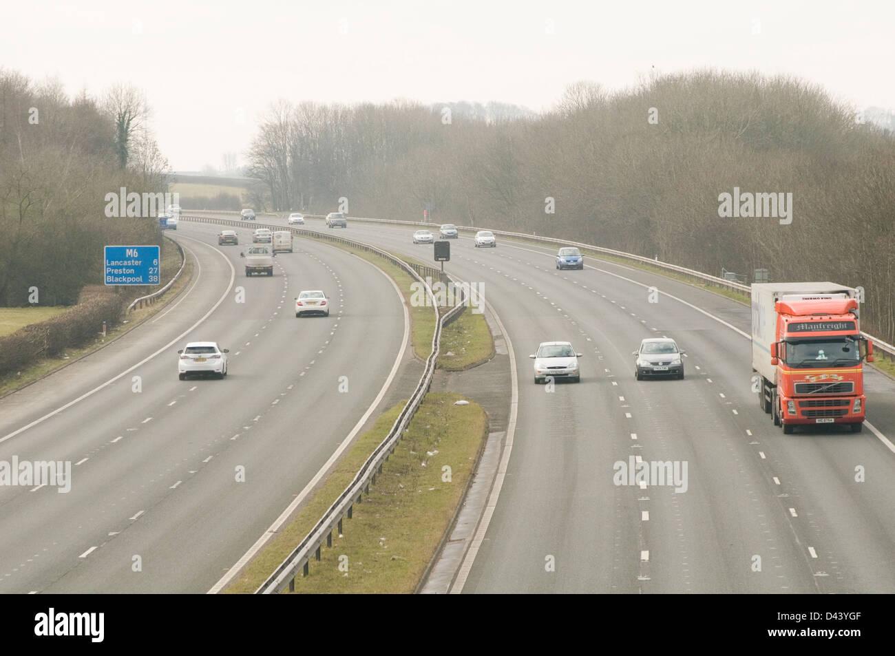 m6 motorway uk motorways network quite traffic three 3 lane lanes - Stock Image