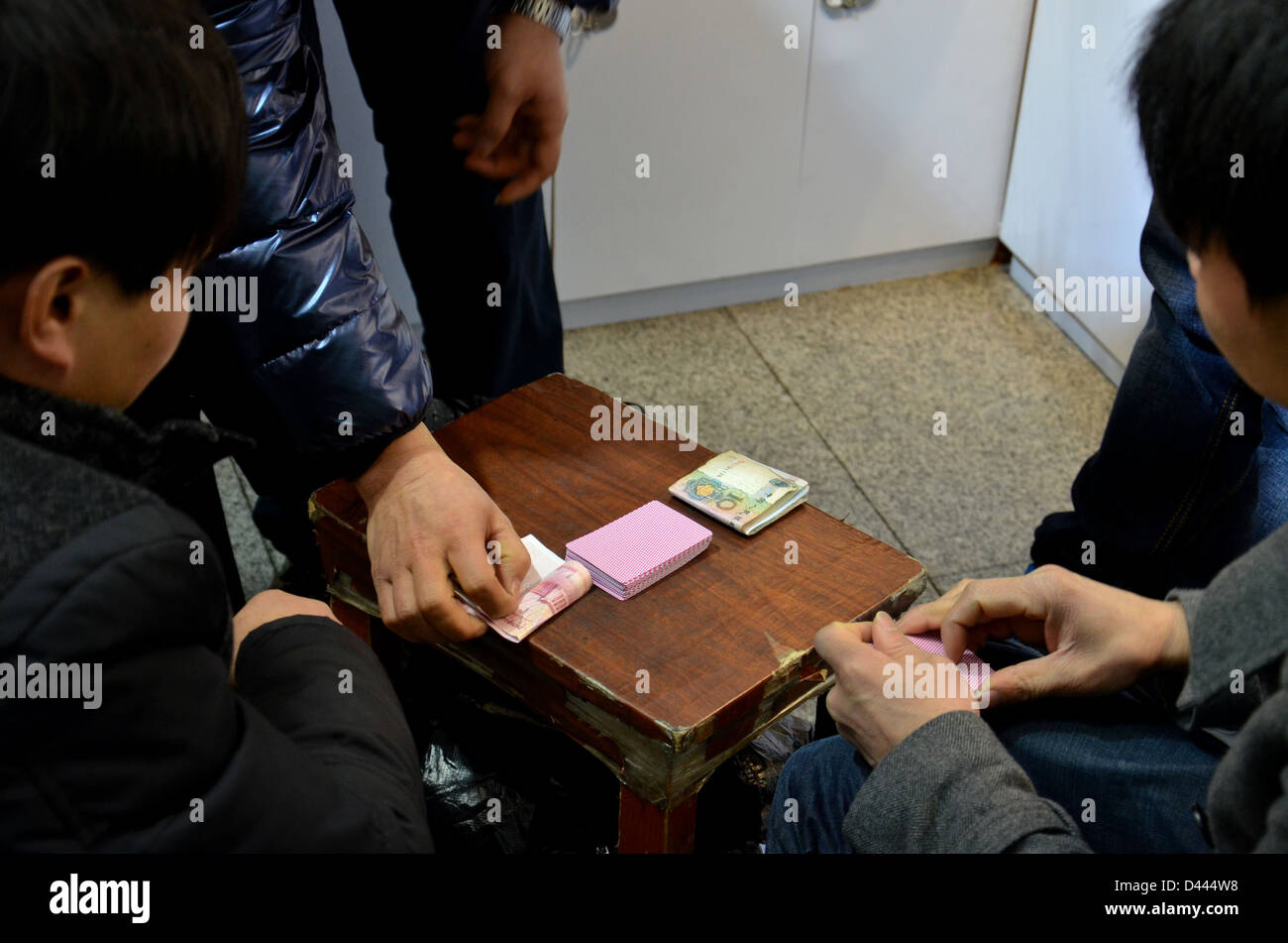 Playing hands, playing cards: gambling - Stock Image