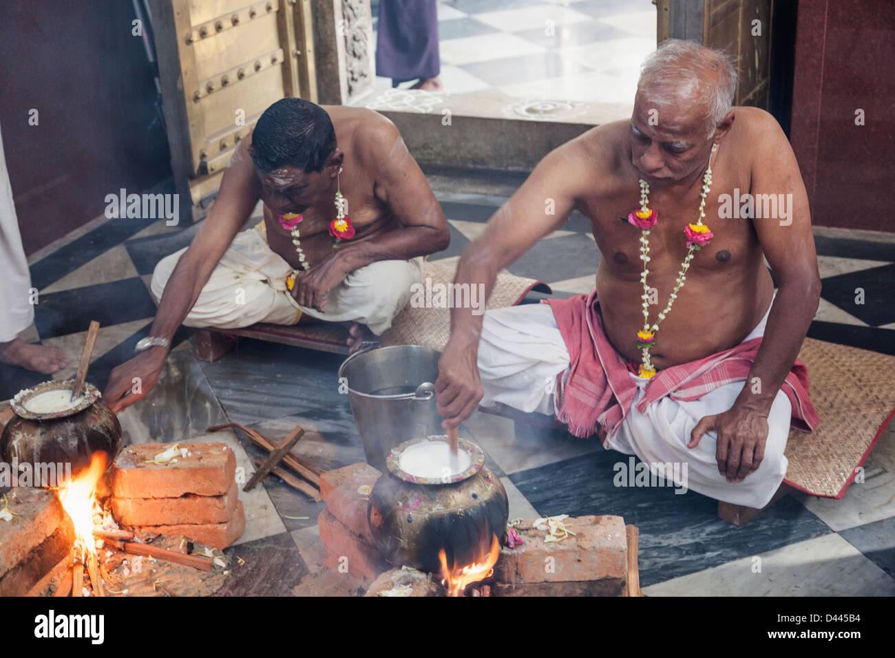 Myanmar, Yangon, Shri Kali Hindu Temple, Priests Boiling Rice During Pongol Festival - Stock Image