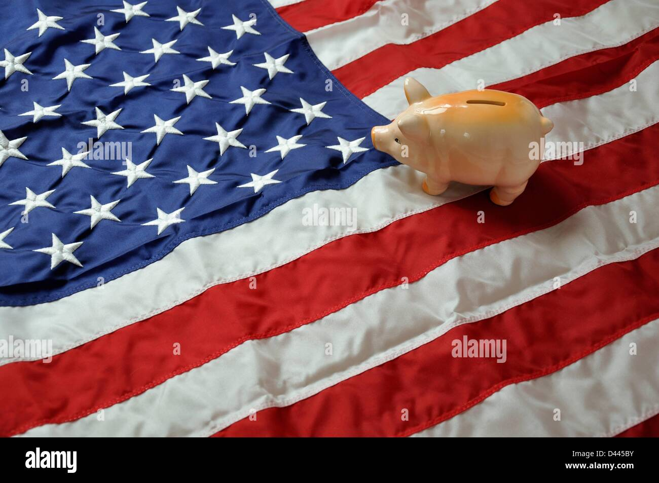 Illustration - A piggy bank is pictured on the stripes of the US flag and looks towards the stars. Photo: Berliner Stock Photo