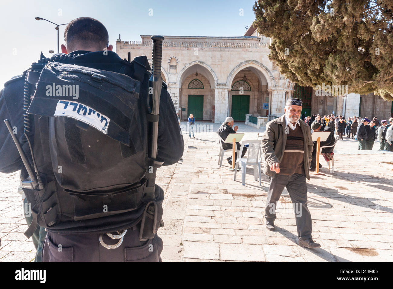 Temple Mount, Jerusalem, Israel. A policemen and and Arab man near the Al-Aqsa Mosque - Stock Image