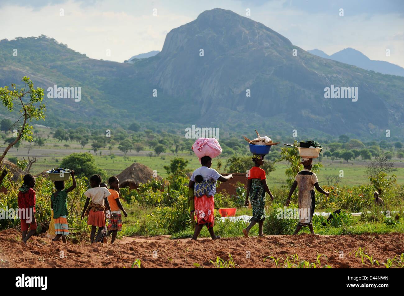 ANGOLA Kwanza Sul, rural development project, village Catchandja, women and children walk home - Stock Image