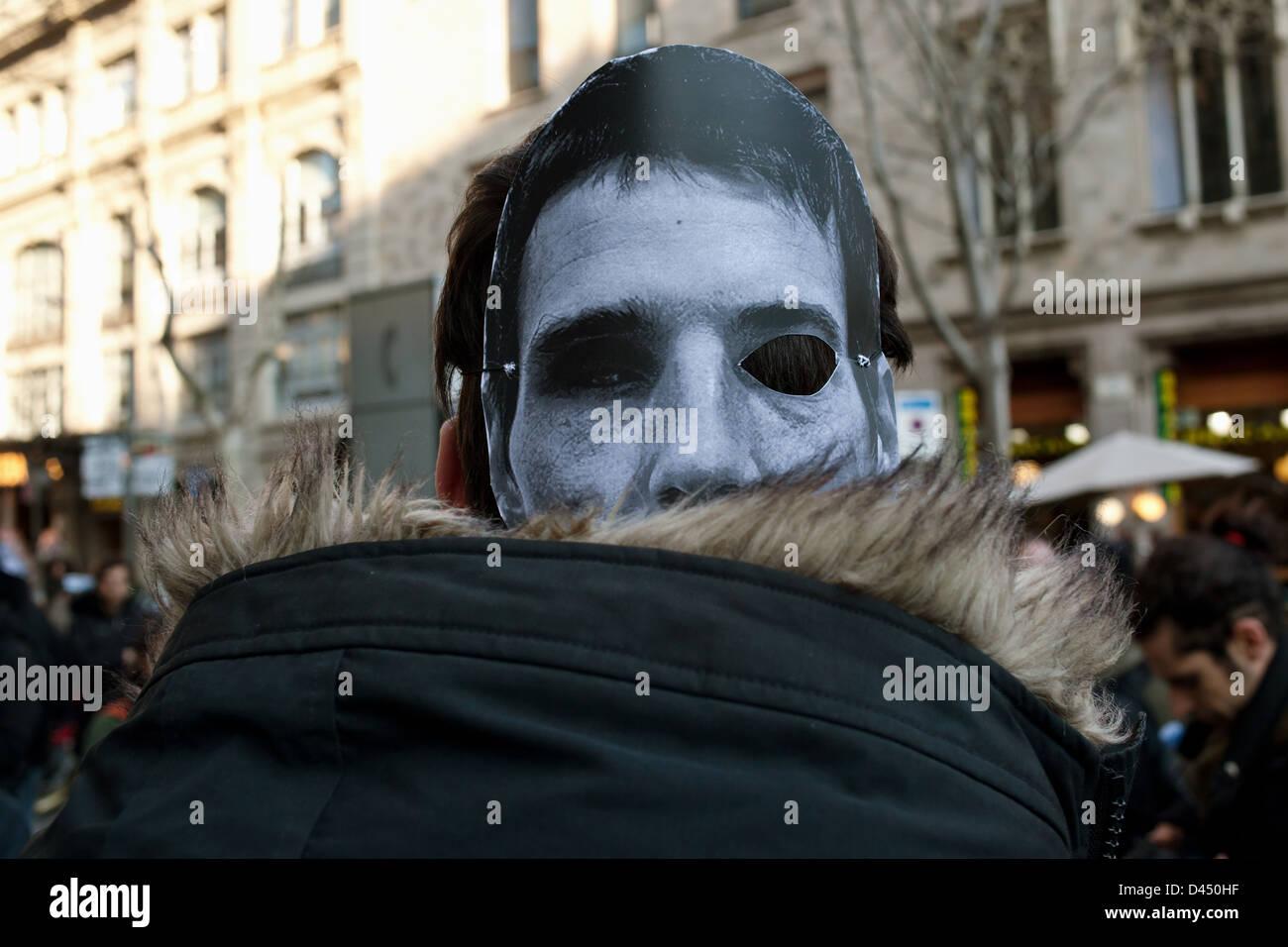 Mnifestante con una máscara a favor de la prohibición de las pelotas de goma, durante la manifestación - Stock Image