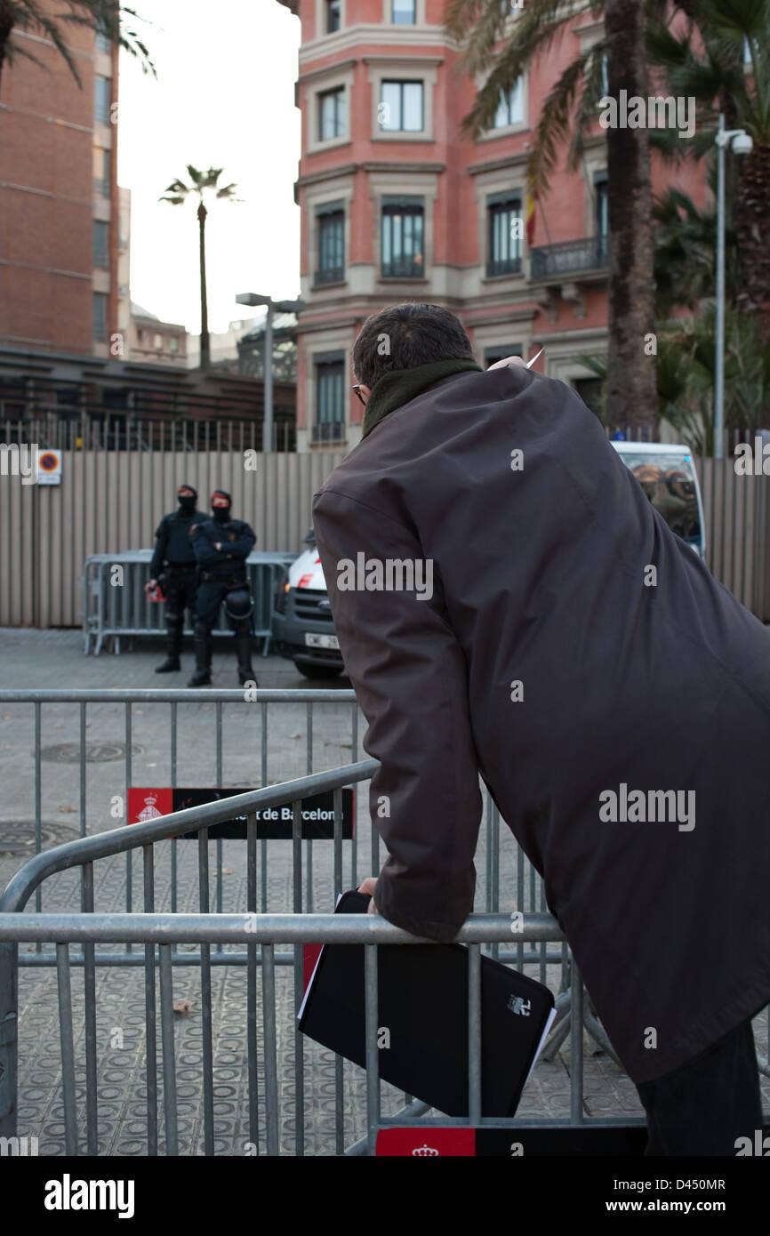 Manifestante entregando un documento de quejas a unos mossos d'esquadra durante la manifestación del 23F - Stock Image