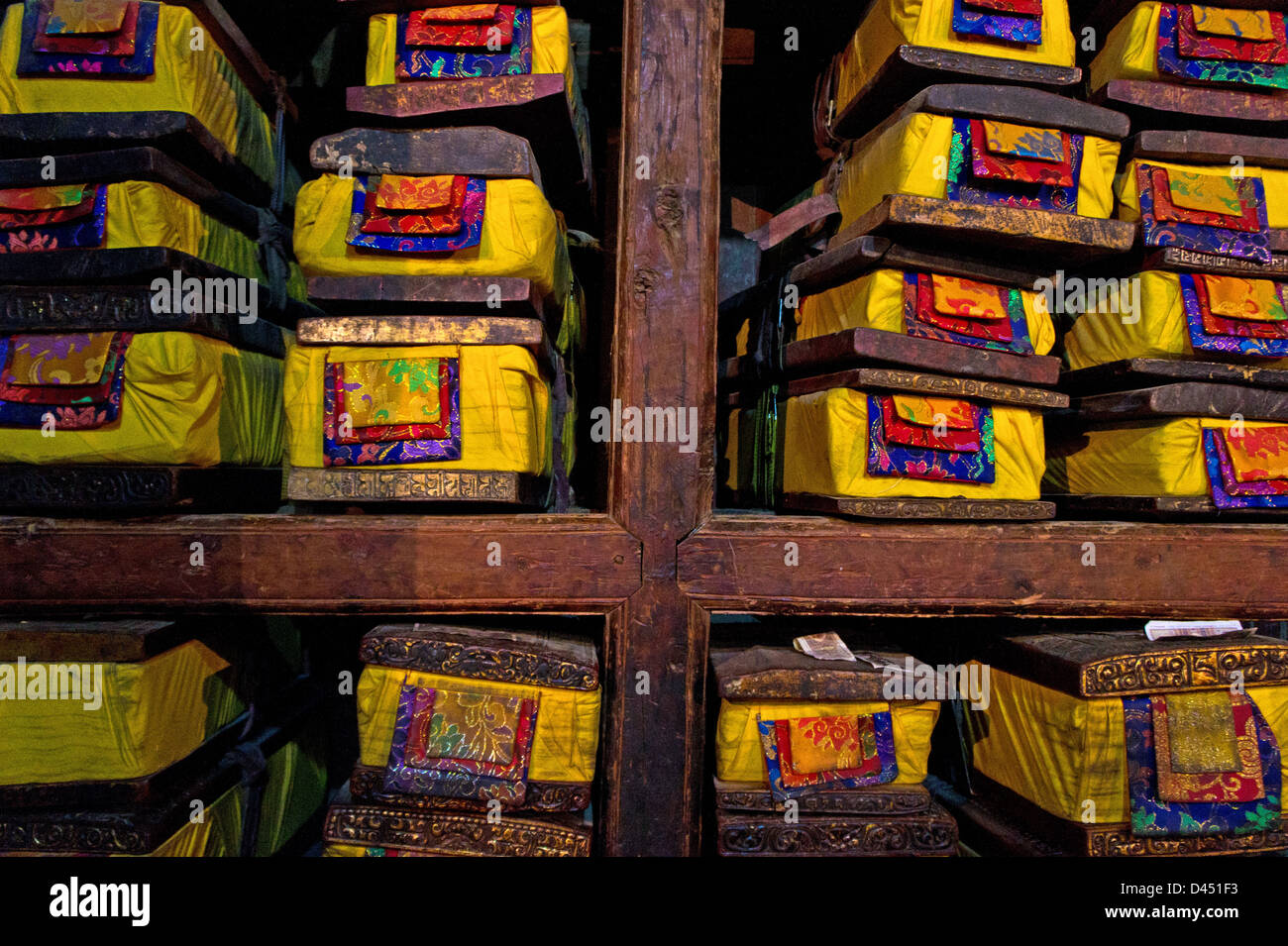 Shelves with old scriptures in library of Pelchor Chöde monastery, Gyantse, Tibet - Stock Image