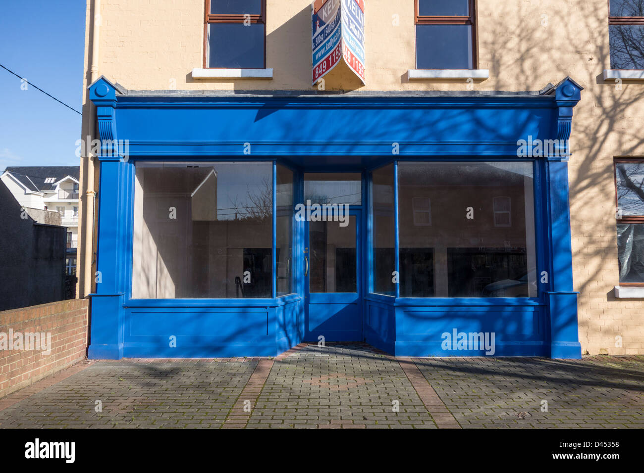 An unoccupied shop with traditional style shop front for rent - Skerries, county Dublin, Ireland - Stock Image