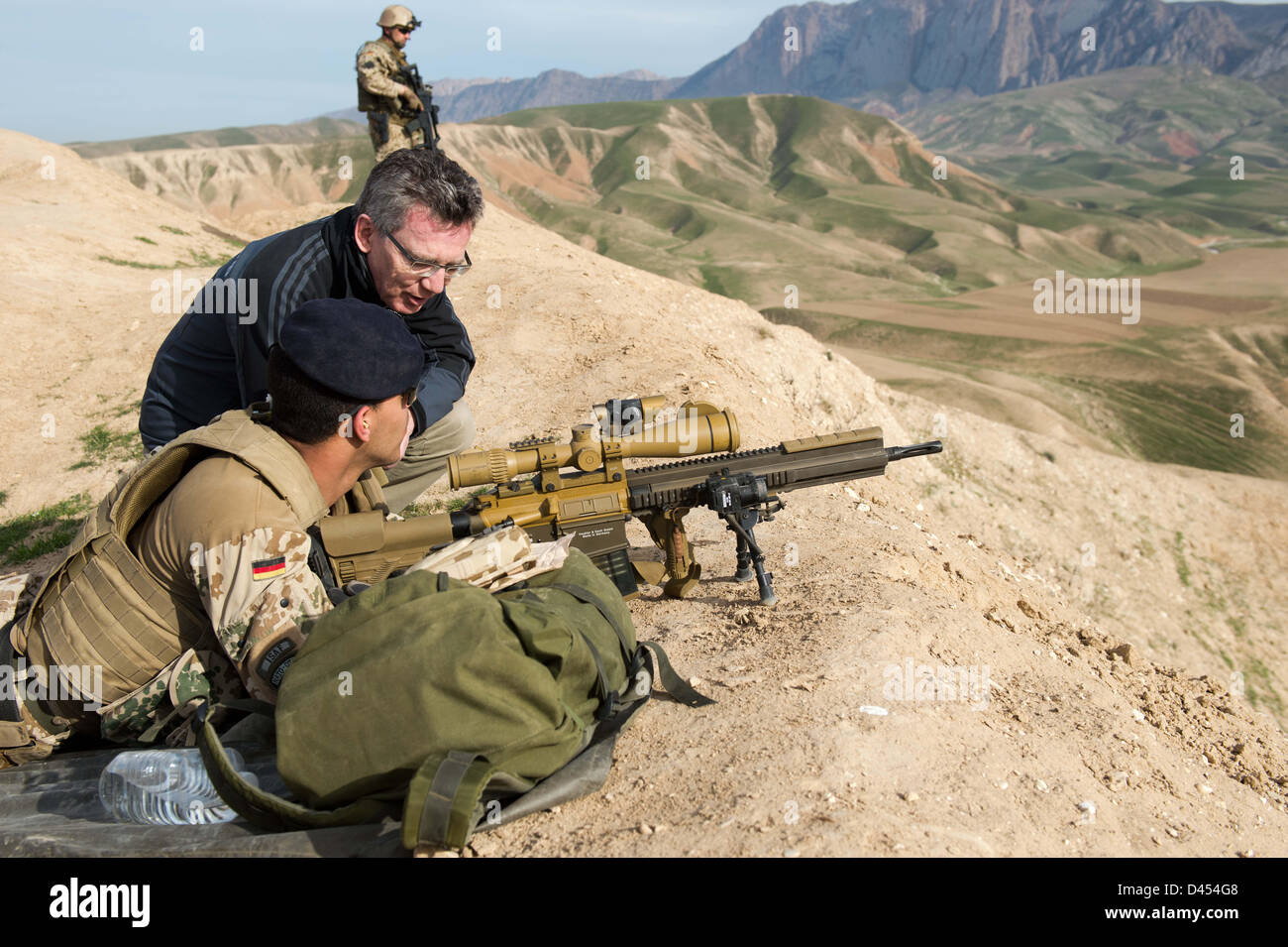 Afghanistan. 5th March 2013. German Defence Minister Thomas de Maiziere talks with soldiers at OP North near Mazar - Stock Image