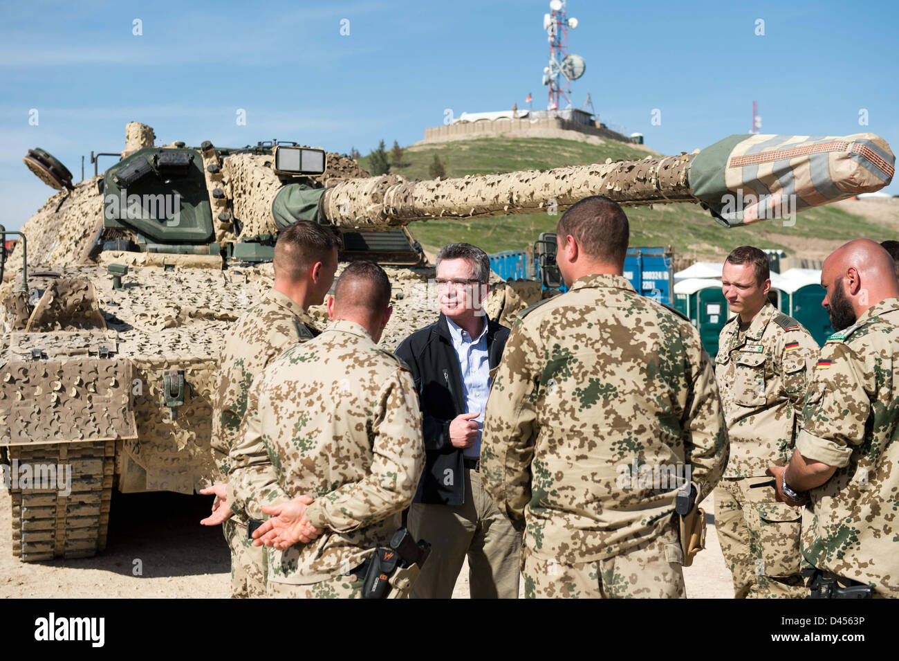 Mazar-i-Sharif, Afghanistan. 5th March 2013. German Defence Minister Thomas de Maiziere (C) talks with soldiers - Stock Image