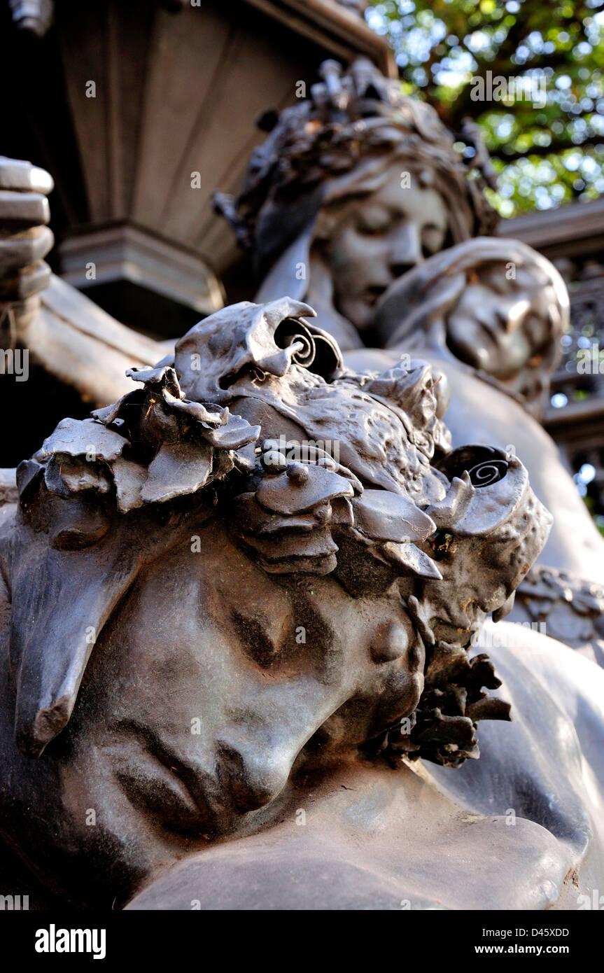 London, England, UK. Queen Alexandra Memorial (Sir Alfred Gilbert; 1932) in Marlborough Road. - Stock Image
