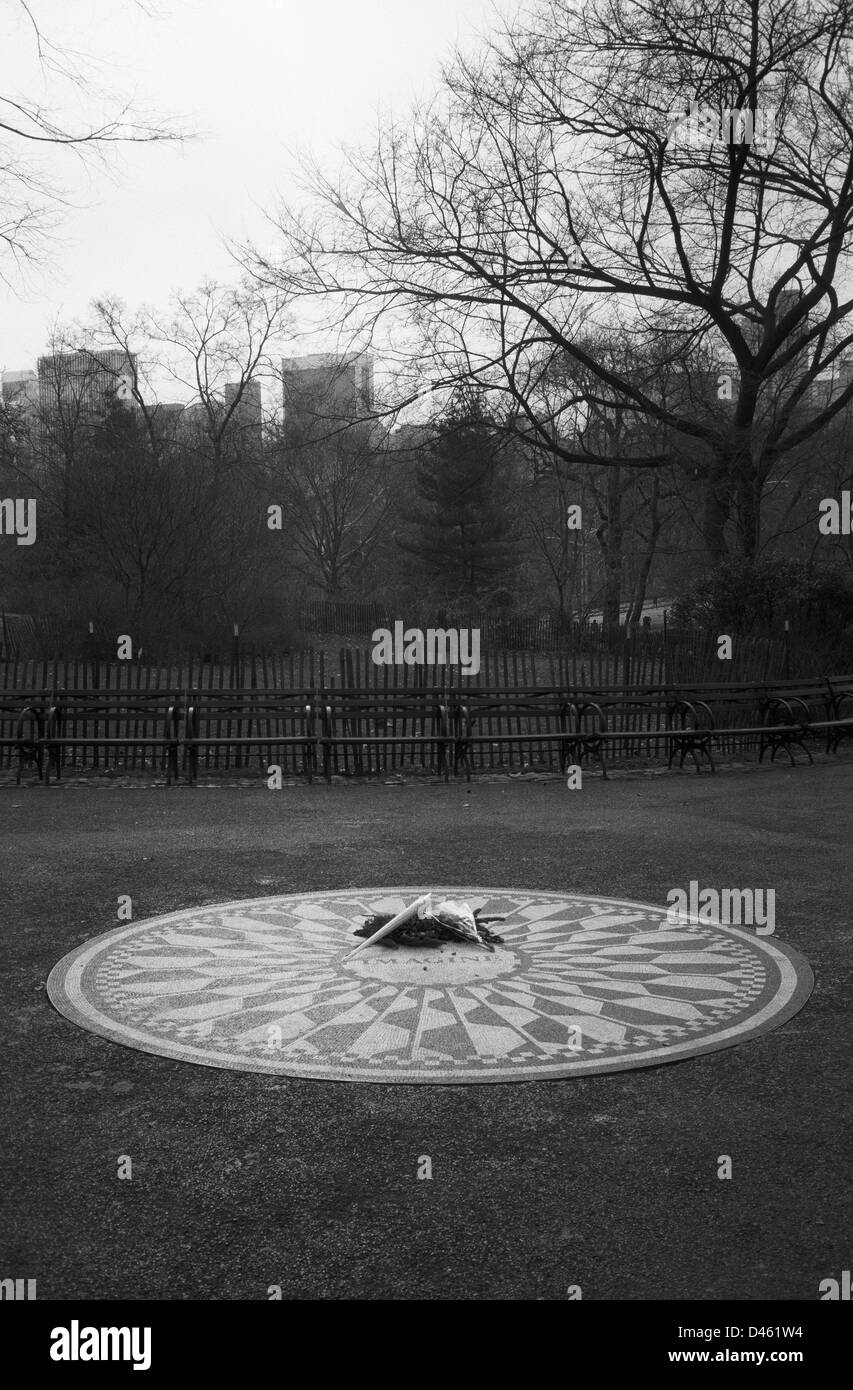 Flowers on John Lennon memorial, Strawberry Fields, Central Park, New York, black and white - Stock Image