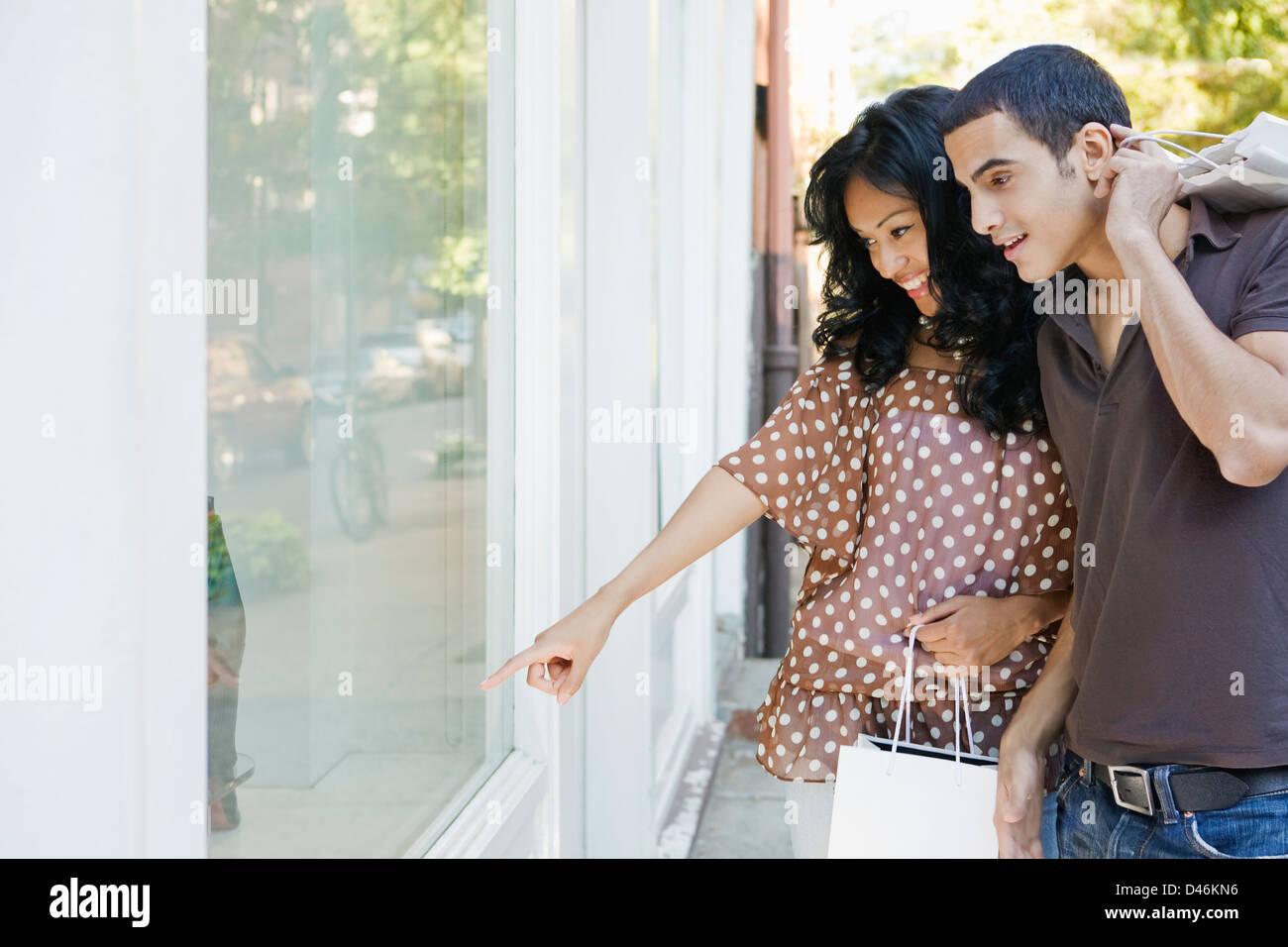 Hispanic-Latino Couple Enjoying a Shopping Lifestyle in New York - Stock Image