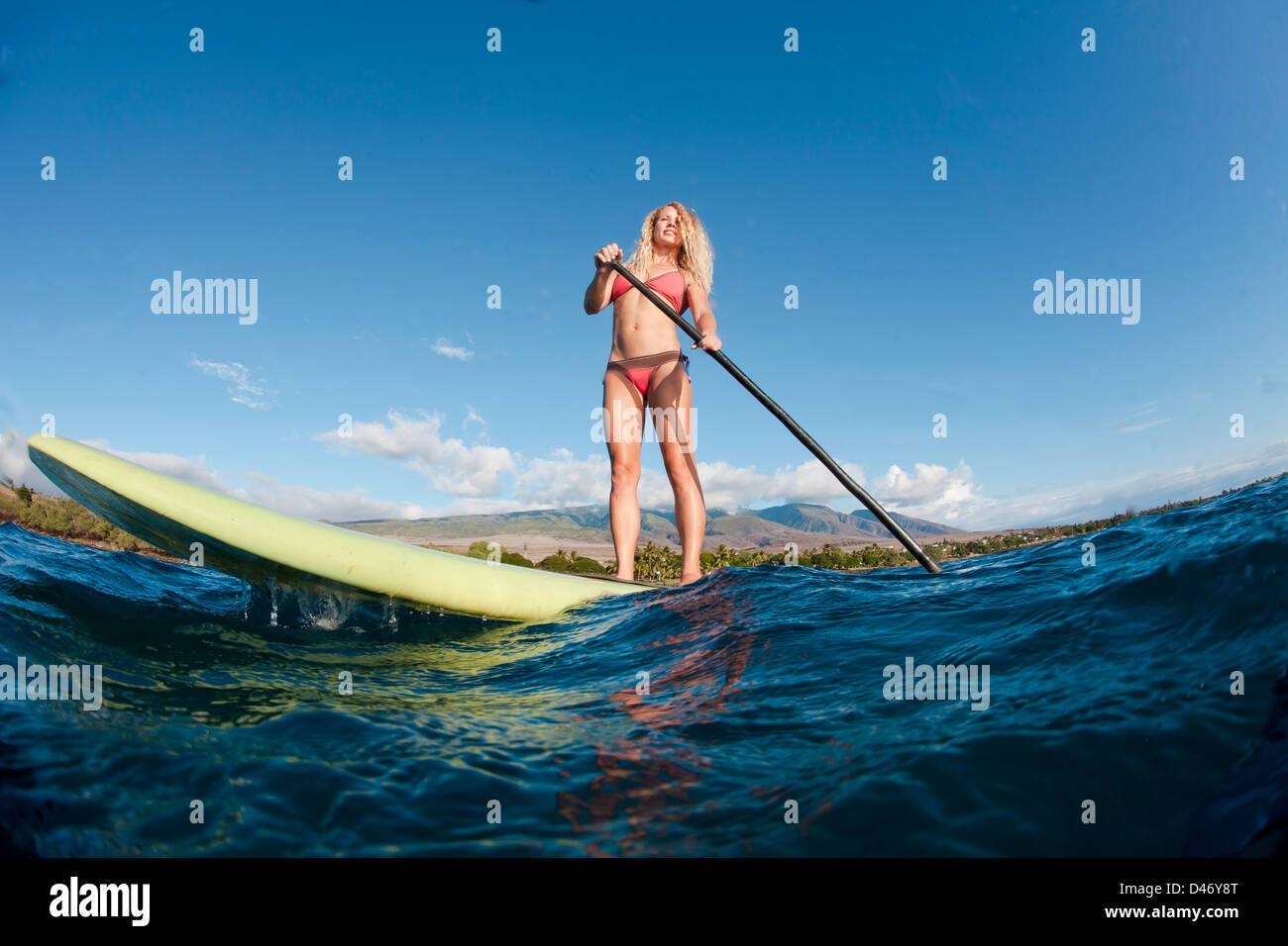 Surf instructor Tara Angioletti on a stand-up paddle board off Canoe Bearch, Maui. Hawaii. - Stock Image