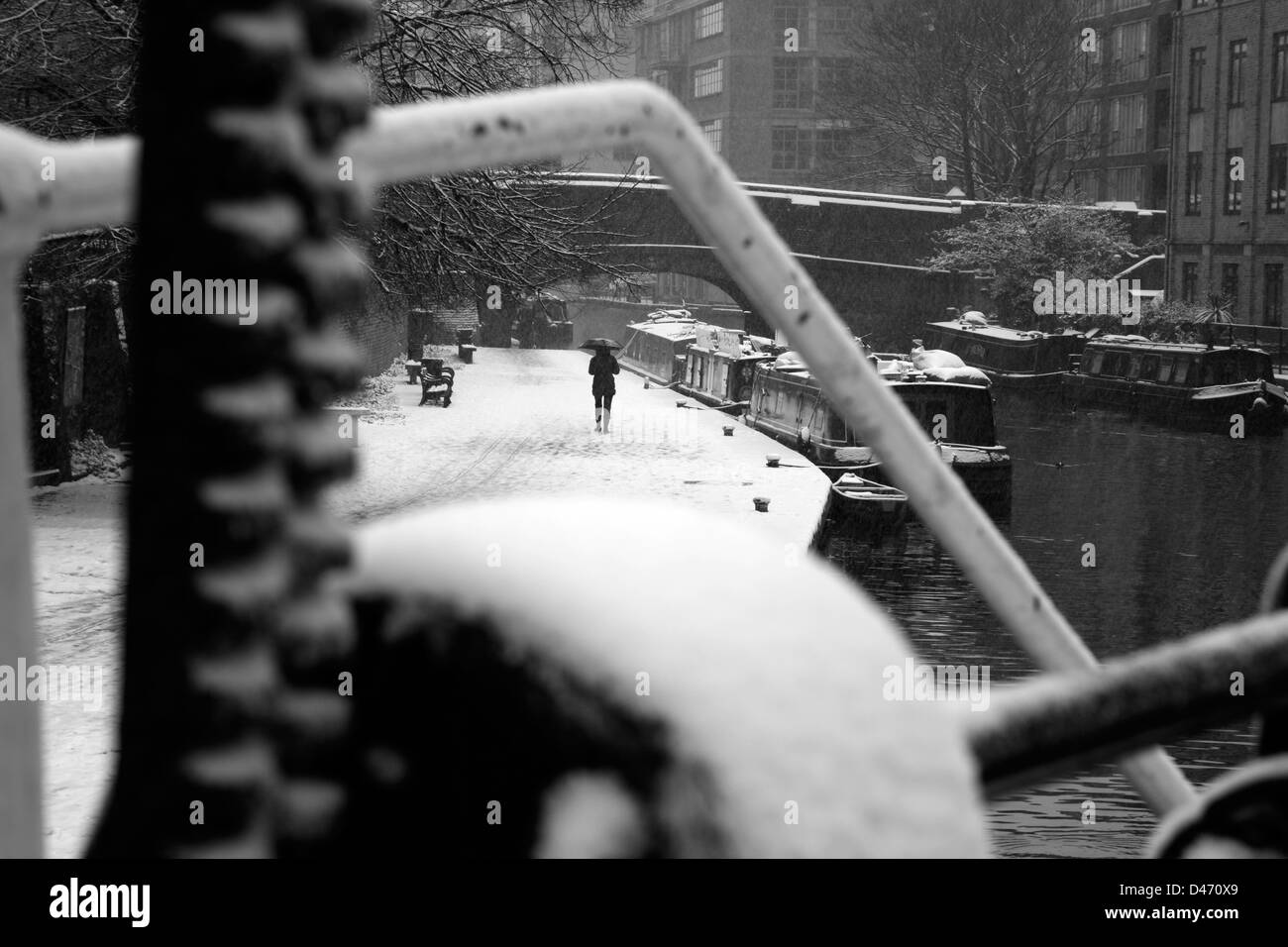 Snow on the Regent's Canal by City Road Basin, Islington, London, UK - Stock Image