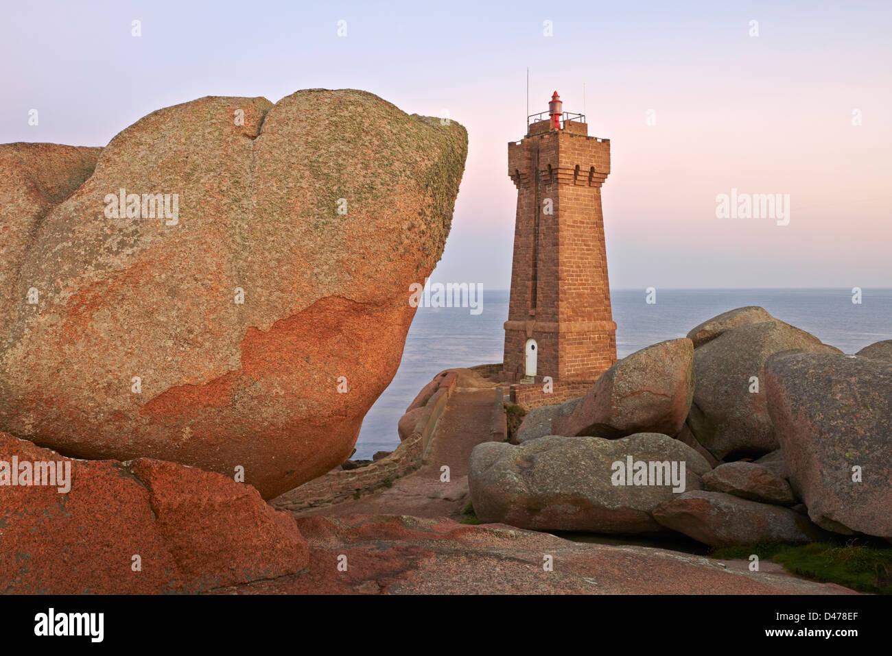 France, Brittany, Cotes d'Armor (22), Cotes de Granite Rose, Ploumanac'h, Squewel end and Mean Ruz Lighthouse - Stock Image
