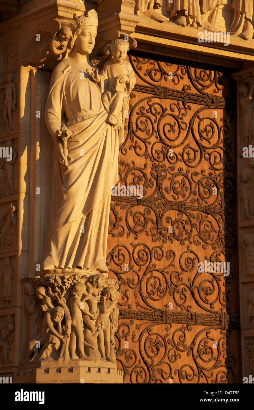 Our Lady of Paris. A statue of Mary and the infant Jesus on the trumeau of the Portal of the Virgin. The West Front Stock Photo