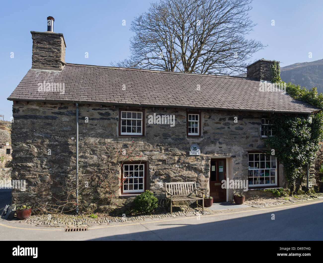 Traditional old Welsh house, 17th century Ty Isaf now housing a shop and exhibition, is oldest building in Beddgelert, - Stock Image