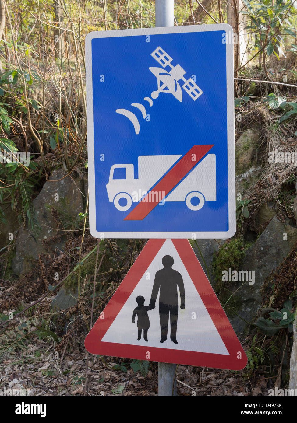 Road sign warning lorry drivers not to use satellite navigation on narrow country lane unsuitable for heavy goods - Stock Image