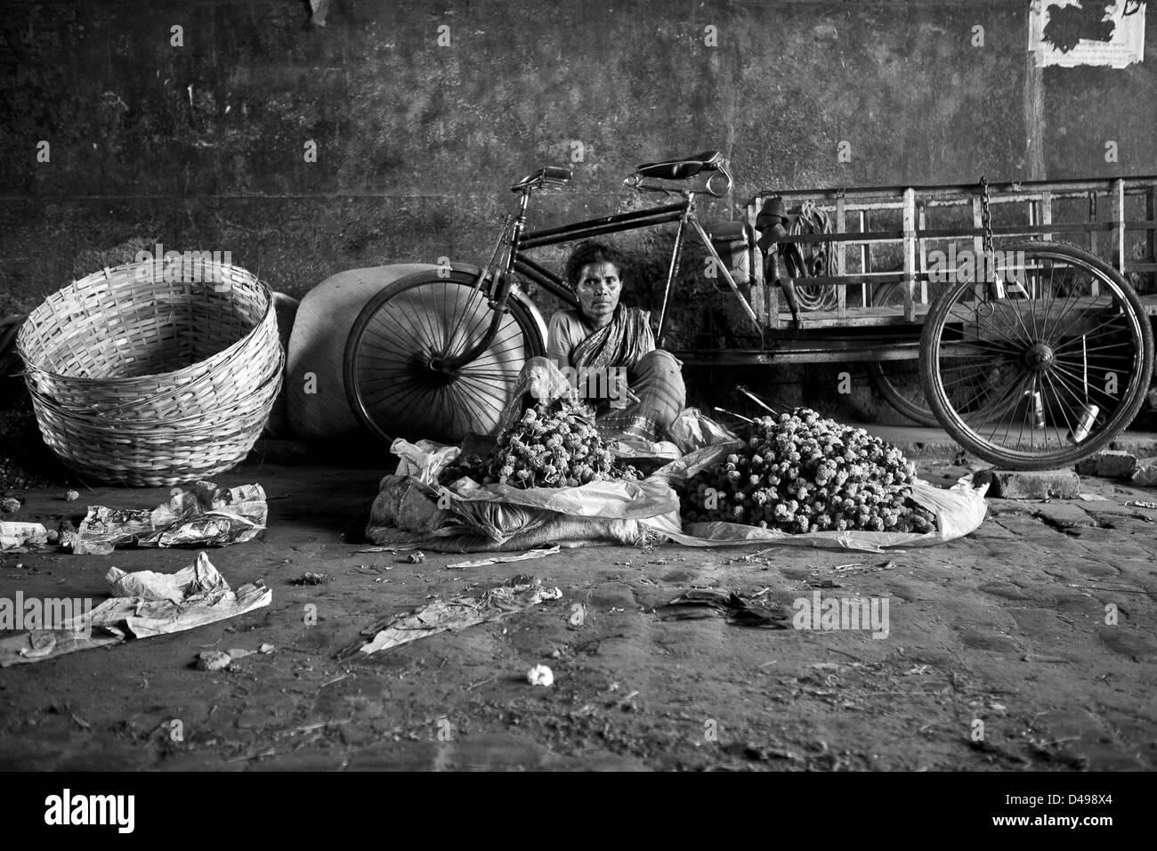 woman flower seller, Howrah flower market Calcutta - Stock Image