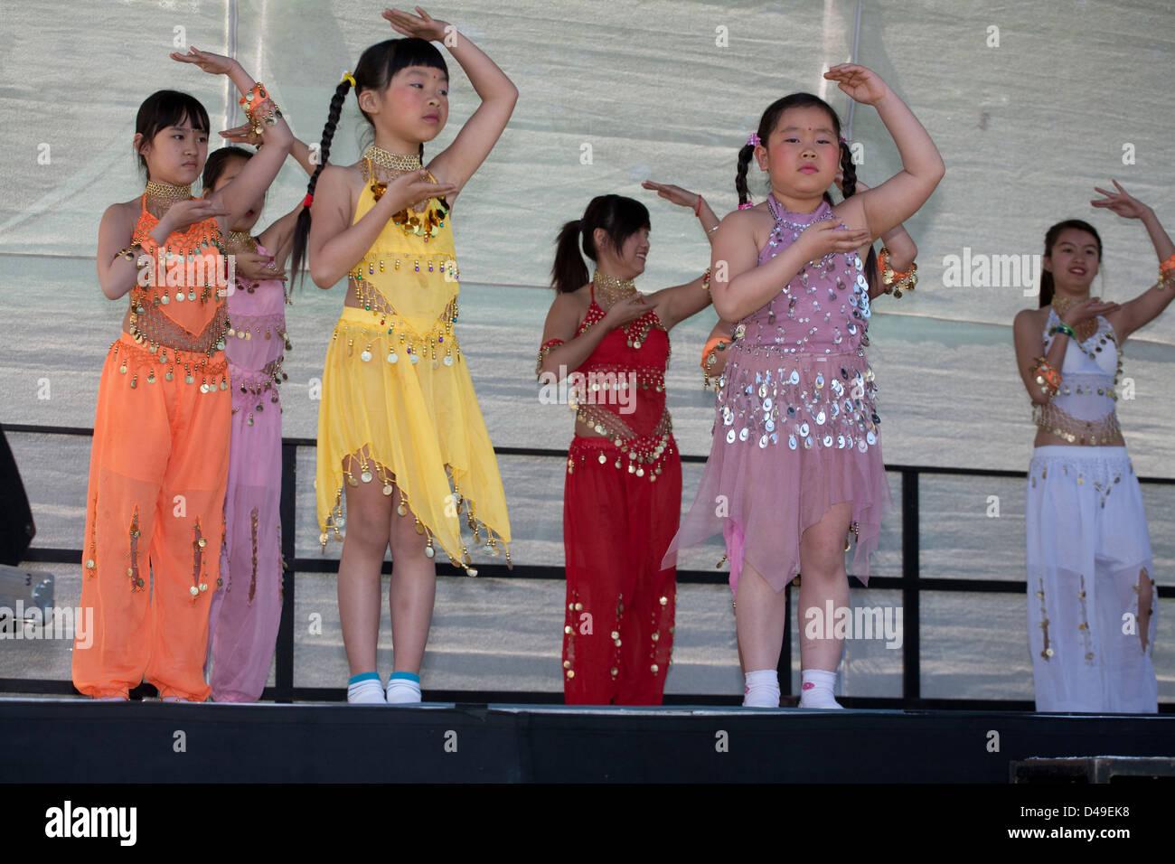 Berlin, Germany, Vietnamese girls dance on the Family Festival Stock ...